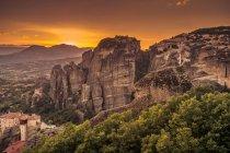 Vista panorâmica das montanhas ao pôr do sol, Meteora, Grécia — Fotografia de Stock