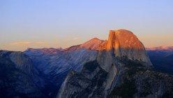 USA, Californie, Half dome du parc national de Yosemite au coucher du soleil — Photo de stock