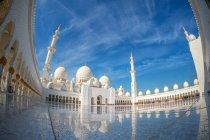 Низький кут зору дворик величну мечеть шейха Заєда, Абу-Дабі, ОАЕ — стокове фото