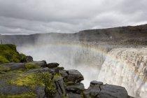 Islanda, Dettifoss, fiume Jokulsa, vista panoramica dell'arcobaleno sulla cascata — Foto stock