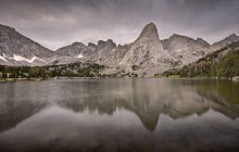 Stati Uniti, Wyoming, Rocky Mountains, Wind River Range, Cirque delle torri che riflettono nel lago Lonesome — Foto stock