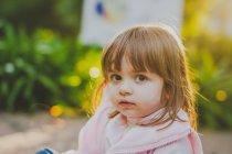 Портрет милою дівчинкою в сонячному світлі — стокове фото