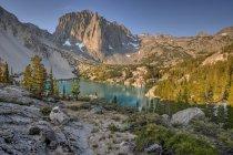 Vista panorâmica do templo Crag e segundo lago, Inyo National Forest, Califórnia, América, Estados Unidos da América — Fotografia de Stock