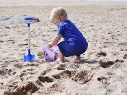 Garoto jogando na areia na praia — Fotografia de Stock