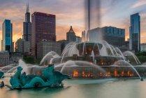 Buckingham Fuente y rascacielos contra el cielo nocturno, Chicago, Illinois, EE.UU. - foto de stock