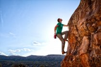 Mann auf Felsen klettern — Stockfoto