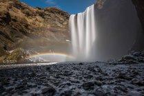 Cascada de Skogafoss con arco iris doble, Islandia - foto de stock