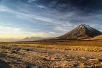 Cile, San Pedro de Atacama, vista panoramica del vulcano Licancabur al tramonto — Foto stock