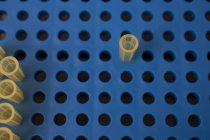 Vista aerea delle pipette nella piastra di tubazioni in laboratorio — Foto stock