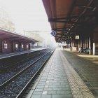 Залізничні платформи та пішохідні людей в місті Bussum, Нідерланди — стокове фото