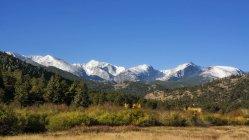 Paysage de montagne avec vue panoramique sur clear sky — Photo de stock