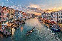 Italien, Venedig, erhöhten Blick auf Kanal in der Stadt — Stockfoto