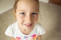 Ritratto di ragazza sorridente che guarda la macchina fotografica — Foto stock