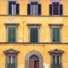Живописный вид на Желтый дом, Пиза, Тоскана, Италия — стоковое фото