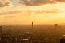 Stadtbild mit britischem Telekommunikationsturm bei Sonnenuntergang, London, Großbritannien — Stockfoto