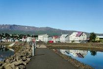 Vista panorámica de la aldea en las montañas, Akureyri, Islandia - foto de stock