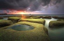 Boulders of rocks with green moss seascape sunset view at tindakon dazang Beach Kudat, sabah, Malaysia — Stock Photo