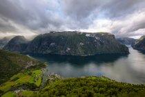 Veduta aerea di Aurlandsfjord dal Belvedere di Stegastein, Contea di Sogn og Fjordane, Norwa — Foto stock