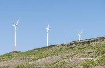 Vista panorâmica das turbinas eólicas em uma colina. Céu azul — Fotografia de Stock