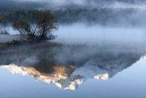 Vista panorámica de Mountain Reflections, Lake Sils, Engadine Valley, Suiza - foto de stock
