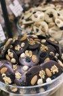 Vue rapprochée des bols de chocolats savoureux — Photo de stock