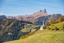 Aussichtsreiche Aussicht auf Kirche in den Bergen, Wengen, Südtirol, Italien — Stockfoto