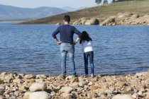 Padre e figlia in piedi sulla spiaggia — Foto stock
