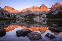 Montagnes reflétant dans le lac Ediza au lever du soleil, Inyo National Forest, Californie, Amérique, États-Unis — Photo de stock