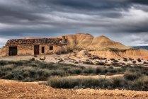 Vue panoramique du bâtiment abandonné, Bardenas Reales, Navarre, Espagne — Photo de stock