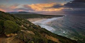 Vista panorámica de la playa de El Canuelo al atardecer, Bolonia, Cádiz, Andalucía, España - foto de stock