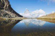 Scenic view of Matterhorn mountain reflection in a lake, Zermatt, Switzerland — Stock Photo