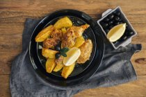 Roast chicken with roast potatoes and olives — Stock Photo