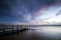 Vue panoramique sur la jetée en bois, la plage de Los Lances, Tarifa, Cadix, Andalousie, Espagne — Photo de stock