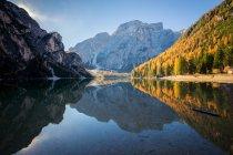 Живописный вид на озеро Брайс в горах Доломит, Южный Тироль, Италия — стоковое фото