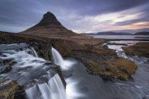 Kirkjufellsfoss e Kirkjufell montagna ad alba, Islanda — Foto stock