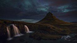 Vista panoramica del maestoso Aurora boreale sopra la montagna di Kirkjufellsfoss e Kirkjufell, Islanda — Foto stock