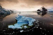 Vista panoramica degli iceberg nel canale Lemaire al tramonto, Antartide — Foto stock
