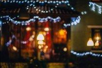 Imagem turva da casa com luzes de Natal decoração — Fotografia de Stock