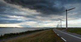 Vue panoramique de la route à travers le paysage rural, Zeewolde, flevoland, Pays-Bas — Photo de stock