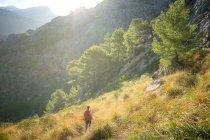 Una joven senderista en el interior de la isla española Mallorca. - foto de stock