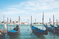 Ряд гондолы пришвартованы на восходе солнца, Венеция, Венеция, Венеция, Италия — стоковое фото