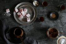 Вид сверху лукум и кофе на деревенском стиле таблицы — стоковое фото