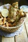 Panier avec fish & chips sur la table en bois — Photo de stock