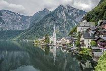 Живописный вид на деревню и озеро Халльфсвальд, Отраун, Гмммль, Австрия — стоковое фото