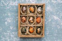 Huevos de Pascua en una caja de madera sobre fondo envejecido - foto de stock