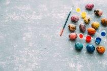 Huevos de Pascua multicolores y pintura sobre fondo envejecido - foto de stock