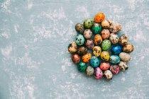 Huevos de Pascua multicolores sobre fondo envejecido - foto de stock