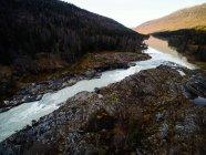 Вид с воздуха на реку и сельский пейзаж, Skonseng, Rana, Nordland, Norway — стоковое фото