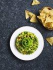 Гуакамоле і тортилья чіпси — стокове фото