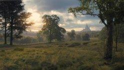 Vue panoramique du paysage avec un château au loin — Photo de stock